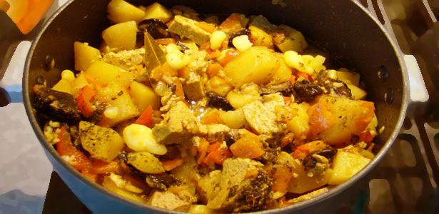 Овощное рагу из картофеля с грибами и тофу
